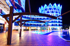 La piscina e la costruzione dell'albergo di lusso nella notte Immagini Stock Libere da Diritti