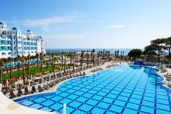La piscina en el hotel de lujo Fotografía de archivo libre de regalías