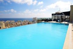 La piscina en el top de edificio Foto de archivo
