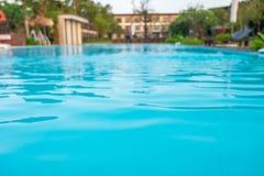 La piscina está delante del hotel o del centro turístico imagenes de archivo