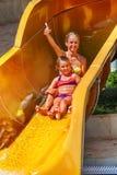 La piscina fa scorrere per i bambini sull'acquascivolo a aquapark Immagine Stock