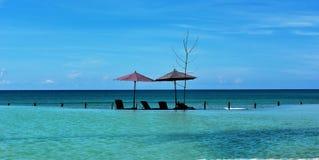 La piscina, i lettini ed il mare a Ngabali tirano Fotografia Stock