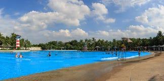 La piscina más grande de la onda del mundo en la diversión del parque de Tailandia Imagenes de archivo