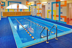 La piscina para los niños - entrenamiento en la natación Imágenes de archivo libres de regalías