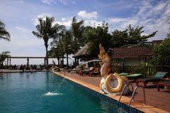 La piscina, plantas en el área del hotel, palma, Phra AE vara, Ko Lanta, Tailandia Fotografía de archivo