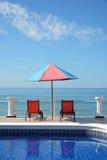 La piscina roja preside el cielo del océano Imágenes de archivo libres de regalías