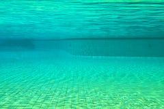 La piscina sucia tiene musgo en la parte inferior de la piscina Imagen de archivo