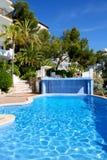 La piscina y la turquesa riegan en hotel Imágenes de archivo libres de regalías