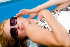 La piscina y mis gafas de sol Imagenes de archivo