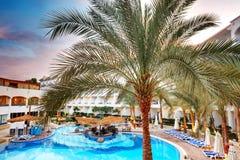 La piscine à l'hôtel de luxe pendant le coucher du soleil Photos stock