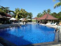 La piscine à l'intérieur de la station de vacances photographie stock libre de droits