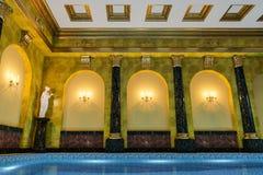 La piscine dans une couronne classique du cinéma 4D de rendu du style 3D rendent Image stock