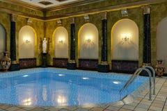 La piscine dans une couronne classique du cinéma 4D de rendu du style 3D rendent Photo stock