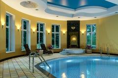 La piscine dans une couronne classique du cinéma 4D de rendu du style 3D rendent Photos stock