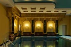 La piscine dans une couronne classique du cinéma 4D de rendu du style 3D rendent Images stock