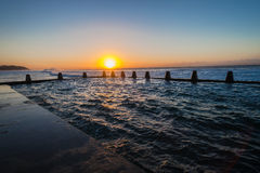 La piscine de marée de plage de mer ondule le lever de soleil Image libre de droits
