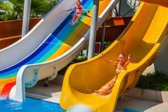 La piscine glisse pour des enfants sur la glissière d'eau à l'aquapark Image libre de droits
