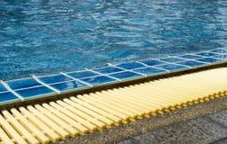 La piscine, l'eau bleue d'espace libre et la piscine affilent Image stock