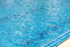 La piscine, l'eau bleue d'espace libre et la piscine affilent Photographie stock