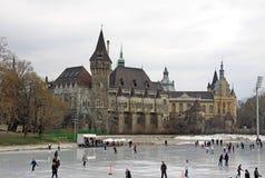 La pista de hielo del parque de la ciudad, Budapest, Hungría imagen de archivo