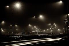 La pista de la ciudad de la noche enciende blanco y negro Fotografía de archivo