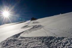 La pista de la nieve va cuesta abajo Foto de archivo