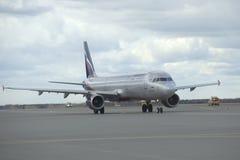 La pista de rodaje de Airbus A320 Aeroflot Imágenes de archivo libres de regalías