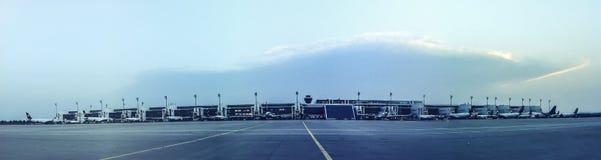 La pista de rodaje y los aviones del aeropuerto en las puertas ajardinan foto de archivo libre de regalías