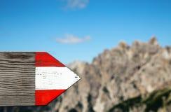 La pista de senderismo de Moutrain direccional firma adentro las dolomías Italia Fotografía de archivo libre de regalías