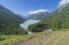 La pista de senderismo en la ladera que lleva al lago Kucherla A Fotos de archivo libres de regalías