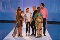 La pista della passeggiata dei progettisti durante il colombiano di Protela marca a caldo la sfilata di moda Immagini Stock Libere da Diritti