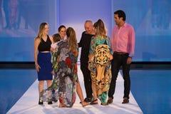 La pista della passeggiata dei progettisti durante il colombiano di Protela marca a caldo la sfilata di moda Fotografia Stock