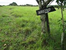 La pista di atterraggio firma dentro il Bush africano fotografia stock libera da diritti
