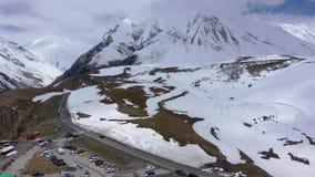 La pista entre las montañas nevosas almacen de video