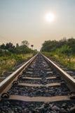 La pista ferroviaria continúa adelante Imágenes de archivo libres de regalías