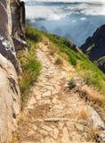 La pista pietrosa avanti irrompe le montagne del Madera Immagine Stock Libera da Diritti
