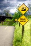 La piste cyclable rétrécit le signe Photos stock