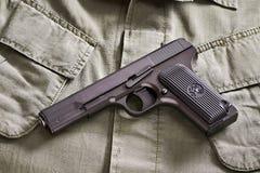 La pistola rusa y la correa del TT mienten en la chaqueta militar Fotografía de archivo libre de regalías