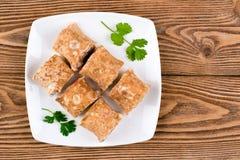La pita rotola con formaggio, verdi ed i bastoni del granchio Fotografie Stock