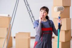 La pittura del pittore della donna in nuovo appartamento Fotografie Stock Libere da Diritti