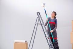 La pittura del pittore della donna in nuovo appartamento Fotografie Stock