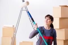 La pittura del pittore della donna in nuovo appartamento Immagine Stock Libera da Diritti