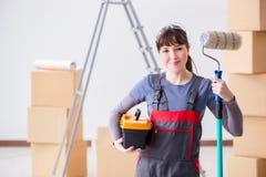 La pittura del pittore della donna in nuovo appartamento Immagini Stock Libere da Diritti