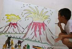 La pittura della bomba del vulcano da un ragazzo sulla parete e il dinisaur giocano fotografia stock libera da diritti