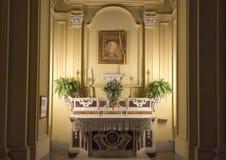 La pittura di Madonna ha coperto con un rosario, sopra un piccolo altare nei Di San Paolo di Chiesa, centro storico di Sorrento,  Fotografia Stock Libera da Diritti