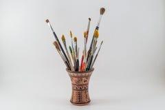 La pittura e le spazzole orizzontali su un tribale possono isolato su un bianco Fotografia Stock Libera da Diritti