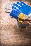 La pittura foggia i pennelli sui guanti del nastro di condotta Fotografia Stock Libera da Diritti