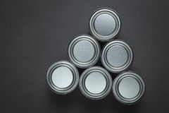 La pittura metallica inscatola la disposizione su grey fotografie stock libere da diritti