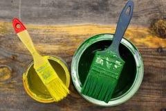La pittura può con il pennello sul vecchio primo piano di legno del fondo Immagine Stock Libera da Diritti