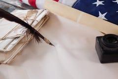 La piuma di spoletta ed il vaso dell'inchiostro con i documenti giuridici hanno sistemato sulla tavola Fotografia Stock Libera da Diritti